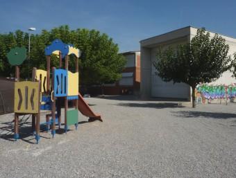 Vistal parcial del pati de l'Escola l'Entorn de Porqueres, que està molt a la vora de la plaça Major.