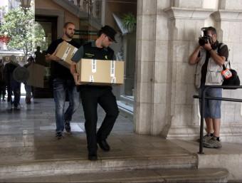 Agents de la Guàrdia Civil treuen caixes amb documentació de l'Ajuntament de Figueres Foto:ACN