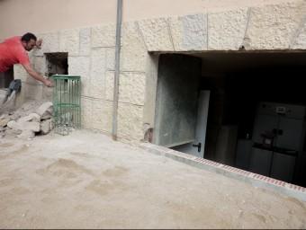 Un operari treballant en la instal·lació. A la dreta es veu una part de la caldera. Foto:R. E