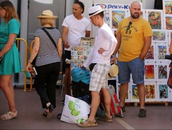 Turistes passejant ahir al migdia per la ciutat de Figueres. Foto:MANEL LLADÓ