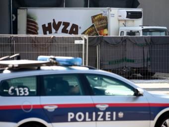 Un cotxe de policia amb el van trobar els 71 cadàvers reuters