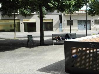 El noi dormint al seu banc Foto:TURA SOLER