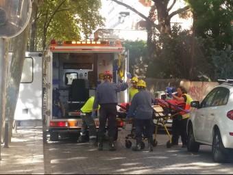 Els serveis sanitaris, en el moment de l'actuació per l'atracament Foto:JOSEP GALLOFRÉ