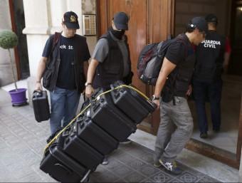 Agents de la Guàrdia Civil durant l'escorcoll a la seu de la fundació CatDem Foto:EFE