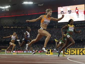 Dafne Schippers es llança cap a la línia de meta i supera per únicament tres centèsimes la jamaicana Elaine Thompson Foto:ADRIAN DENNIS / AFP