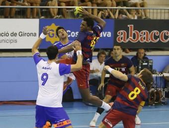 Wael Jallouz ,autor de tres gols, supera l'oposició d'Arnau Garcia en una acció de la primera meitat Foto:MANEL LLADÓ