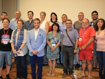 Signants del full de ruta i autoritats, ahir en la fotografia de grup a Girona. Foto:LLUÍS SERRAT