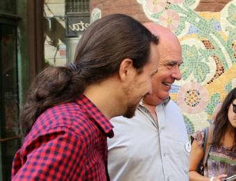 Iglesias i Rabell essent fotografiats per curiosos davant el Palau de la Música Foto:J. RAMOS