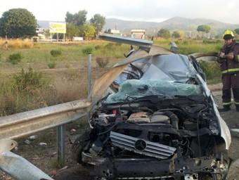 El cotxe de la víctima va quedar totalment destrossat. Foto:BOMBERS DE LA GENERALITAT