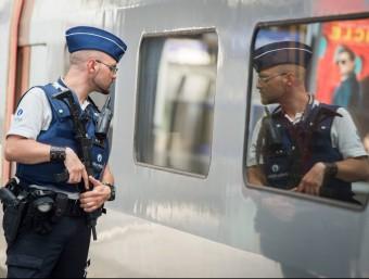 Un policia, patrullant en una andana d'una estació de Brussel·les la setmana passada Foto:EFE