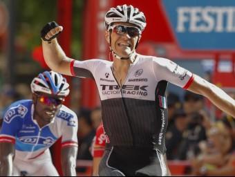 El belga Stuyven celebra la victòria a la vuitena etapa de la Vuelta a Espanya, el francès Reza en segon terme Foto:AFP