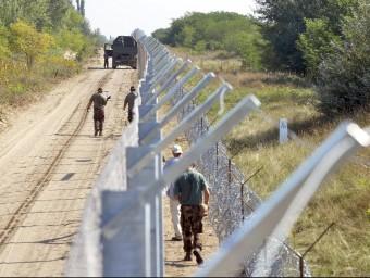 Tanca hongaresa que separa Sèrbia de l'espai Schengen, a l'altura d'Asotthalom, 184 km al sud de Budapest Foto:EFE / Z. M