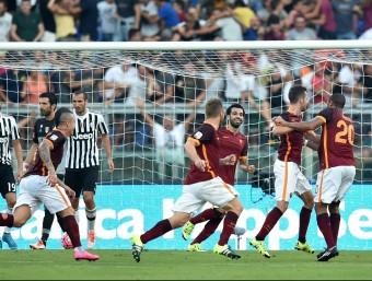 Alguns jugadors de la Roma celebren el primer gol de Pjanic, en un llançament de falta Foto:AFP
