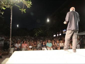 Llach, adreçant-se ahir a la nit als centenars de persones que van assistir a l'acte a la plaça Salvador Espriu Foto:E.A