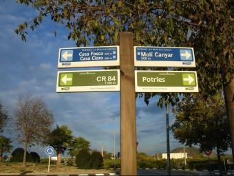 Poste de senyalització de rutes a Potries. Foto:EL PUNT AVUI