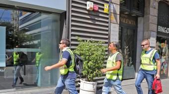 Agents de la Guàrdia Civil entren divendres a la seu de CDC, al carrer Còrsega de Barcelona Foto:JUANMA RAMOS