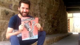 Jordi Duran, director artístic de Fira Tàrrega, amb el programa d'enguany en un dels carrers de la ciutat Foto:E.POMARES