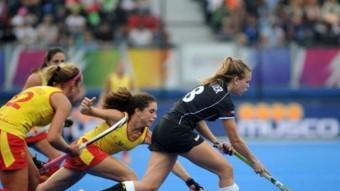 Gigi Oliva lluita per una pilota en el duel pel bronze contra Alemanya Foto:RFEH