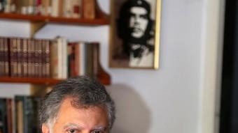 Salmerón, amb una fotografia del 'Che' Guevara al fons, a la seu d'EUiA a Blanes Foto:M. LLADÓ