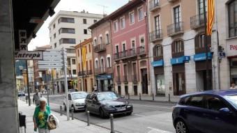 Un cotxe dels Mossos passa davant el Sabadell del firal, on la dona va treure 3.000 euros Foto:TURA SOLER