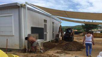 A l'esquerra, un operari treballant en una de les zones on s'hi posarà ciment per facilitar l'accés als escolars i mestres Foto:J.N