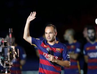 Andrés Iniesta, abans de dirigir-se a l'afició com a primer capità, durant la presentació del primer equip Foto:EFE