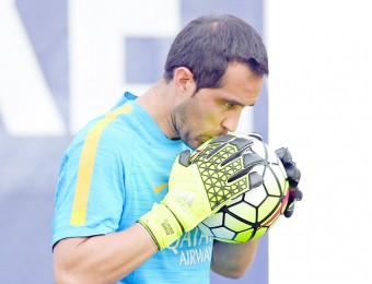 Claudio Bravo va convertir-se la temporada anterior en el desè porter de la història del club en guanyar un trofeu Zamora Foto:FCB
