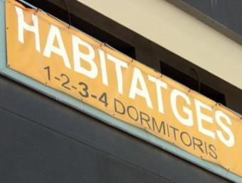 Façana d'un edifici de nova construcció, amb un cartell on s'especifiquen les condicions dels pisos a la venda Foto:ACN