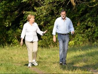 Merkel i Rajoy, fent un passeig pels voltants del palau de Meseberg, ahir AFP / TOBIAS SCHWARZ