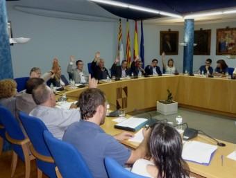 Els regidors de CiU i del PSC , amb la mà alçada, votant a favor del préstec. Foto:R. E