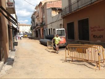 Una imatge del carrer Noguer, en obres, amb la plaça Firal al fons, ahir al migdia a Santa Coloma de Farners Foto:JOAN SABATER