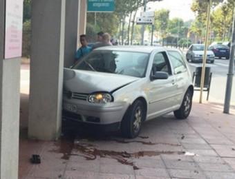 El turisme accidentat dilluns a l'avinguda de Catalunya de Palamós Foto:ALFONS BARTOLOMÉ / RÀDIO PALAMÓS