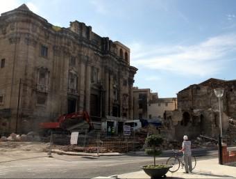 Els treballs d'enderrocament de les cases de la catedral durant la jornada d'ahir. Foto:ACN