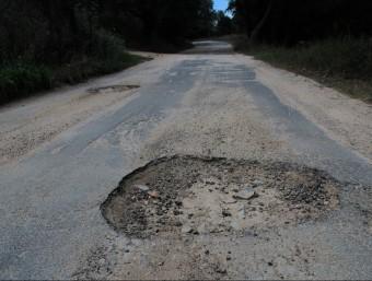 Alguns dels sots que hi ha en el paviment de la via que uneix Romanyà amb el Mas Nou Foto:E.A