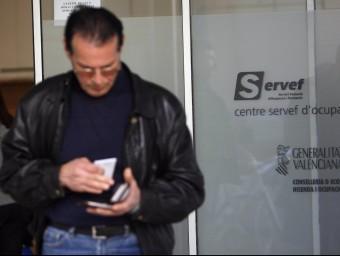 Un home eixint d'una oficina del Servef. Foto:ARXIU