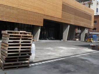 La plaça del davant del nou equipament, que s'estrena aquest cap de setmana. Foto:M.M.