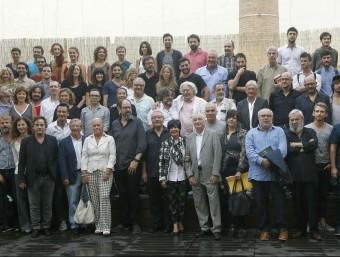 Foto de família dels artistess, ahir al migdia a l'antiga Fàbrica Damm. Foto:EFE/MARTA PÉREZ