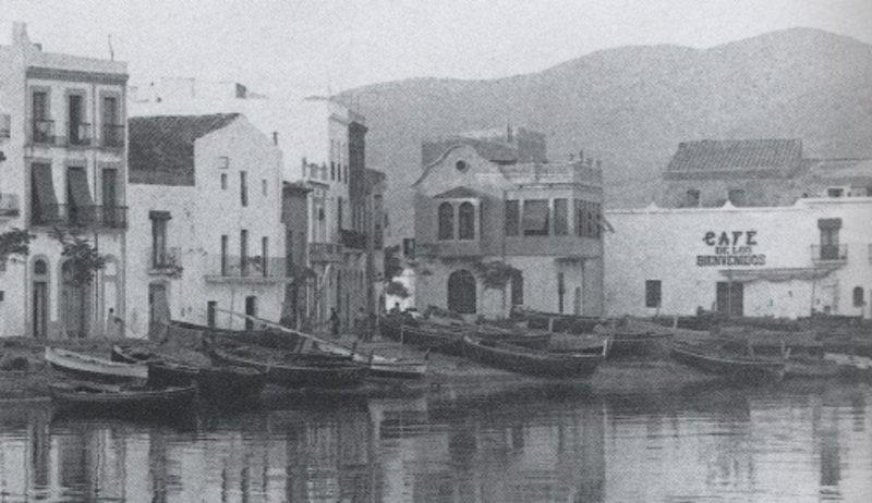 Imatge d''El cafè de los Bienvenidos o del Cuquet, al moll de la Timba, a principis del segle XX.