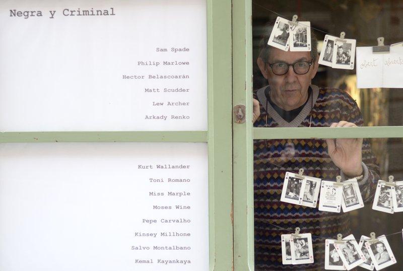 Imatge del llibreter Paco Camarasa, a la porta de la llibreria Negra y Criminal.