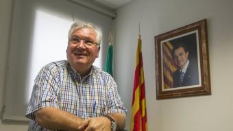 Antoni Guinó, ahir al seu despatx de l'ajuntament de Maçanet. L'alcalde deixa Unió i aposta per Junts pel Sí joan castro / iconna