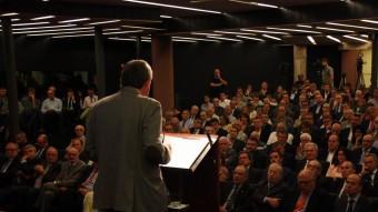 Imatge del parlament de l'economista Joan B. Casas davant de l'auditori de la Pedrera Foto:ACN