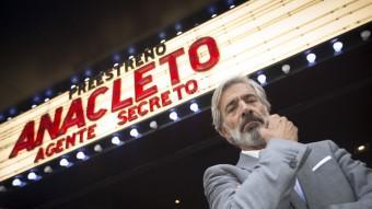 Imanol Arias davant de la sala Phenomena de Barcelona, on ahir es va preestrenar 'Anacleto, agente secreto' Foto:ALBERT SALAMÉ