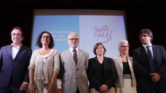 Josep Rull, Marta Rovira, Carles Viver, Carme Forcadell, Muriel Casals i Carles Puigdemont en la presentació d'ahir del full de ruta Foto:ELISABETH MAGRE