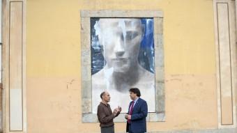Jordi Isern parla amb Pere Vila, davant una de les obres Foto:GLÒRIA SANCHEZ/ICONNA