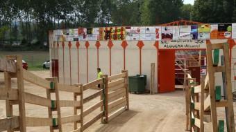Una imatge dels preparatius d'ahir de les tanques d'accés a la plaça de brous de Vidreres (al fons) Foto:MANEL LLADÓ