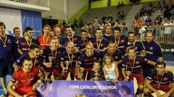 La plantilla del Barça Lassa celebra la copa Catalunya guanyada ahir a Santa Coloma de Gramenet Foto:JUANMA RAMOS