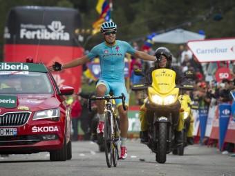 El basc Mikel Landa celebra la victòria a Andorra després de roda tot el dia escapat Foto:EFE