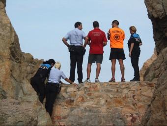 Els efectius d'emergència ahir a la zona de roques de cala Mar Menuda on es va localitzar el cos de la noia Foto:EL PUNT AVUI