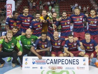 La plantilla del FC Barcelona Lassa celebra el títol de la supercopa Asobal, el segon de la temporada, aconseguit ahir al Palau Príncep Felip de Saragossa Foto:EFE