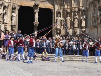 Ball de cintes a les portes de la Basílica de Santa Maria de Morella. Foto:EL PUNT AVUI